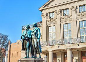 Weimar Skulptur von Goethe und Schiller iStock1006142046 web